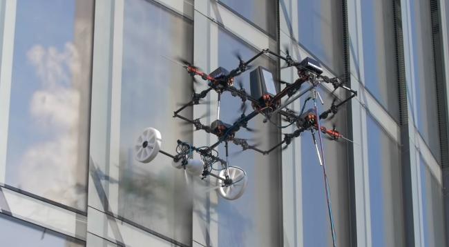Латвійська компанія представила дрон для миття вікон хмарочосів