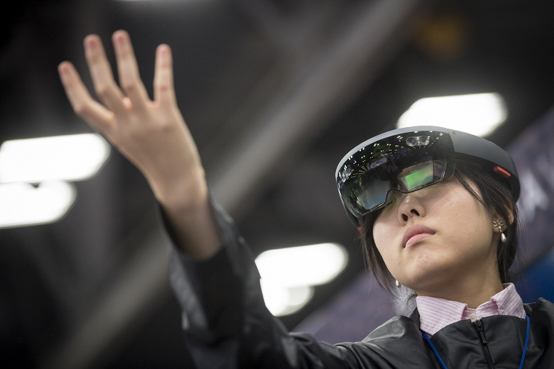 Microsoft буде постачати HoloLens армії США