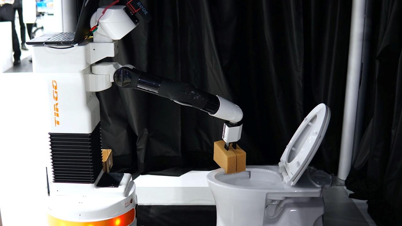 Німці створили робота, який прибере за вас в туалеті