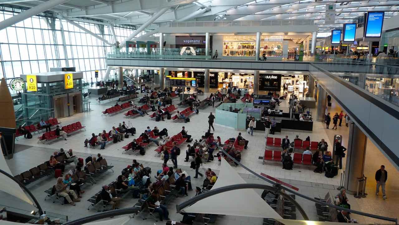 Зловмисники зупинили роботу британського аеропорту своїми дронами