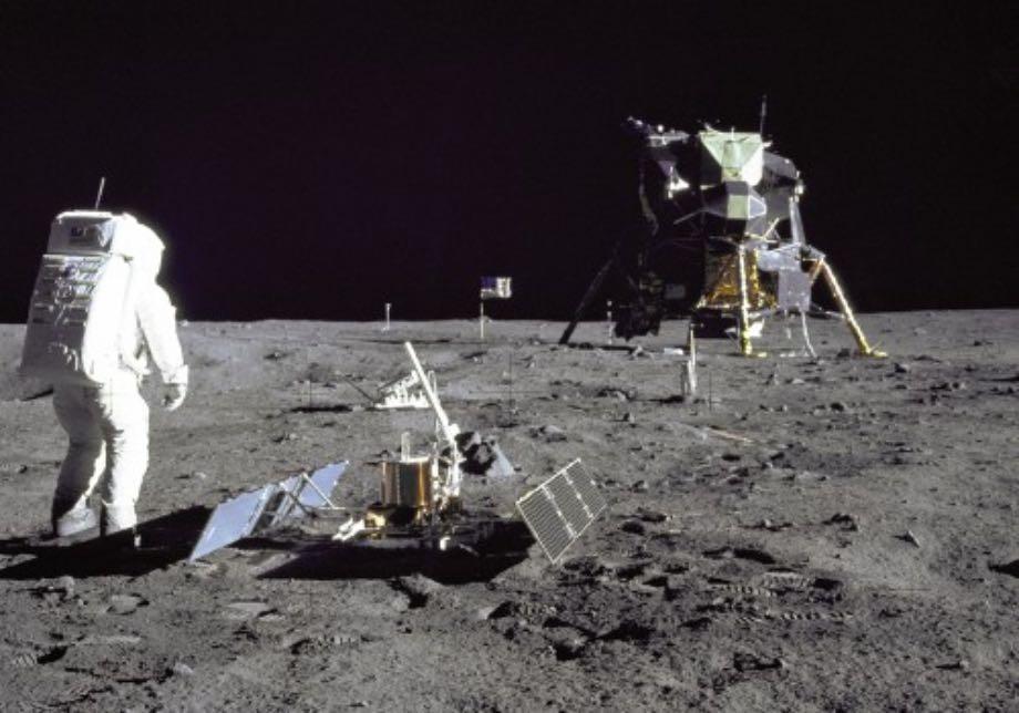 NASA досліджуватиме Місяць, але без SpaceX і Blue Origin