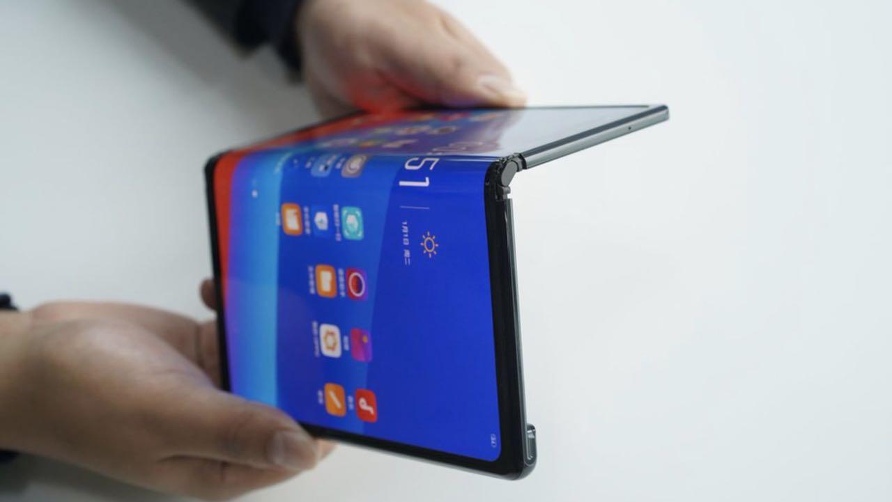 Oppo показав своє бачення смартфона з гнучким екраном