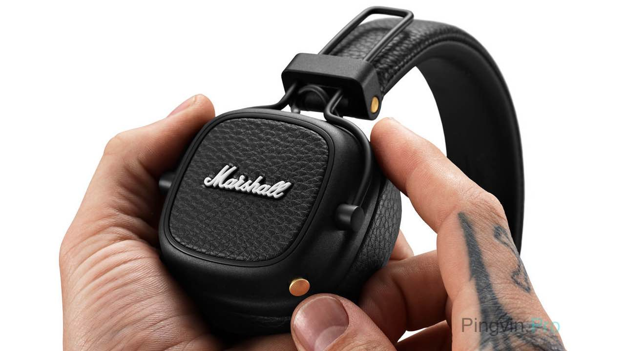 Marshall Major III Voice Bluetooth навушники в руках