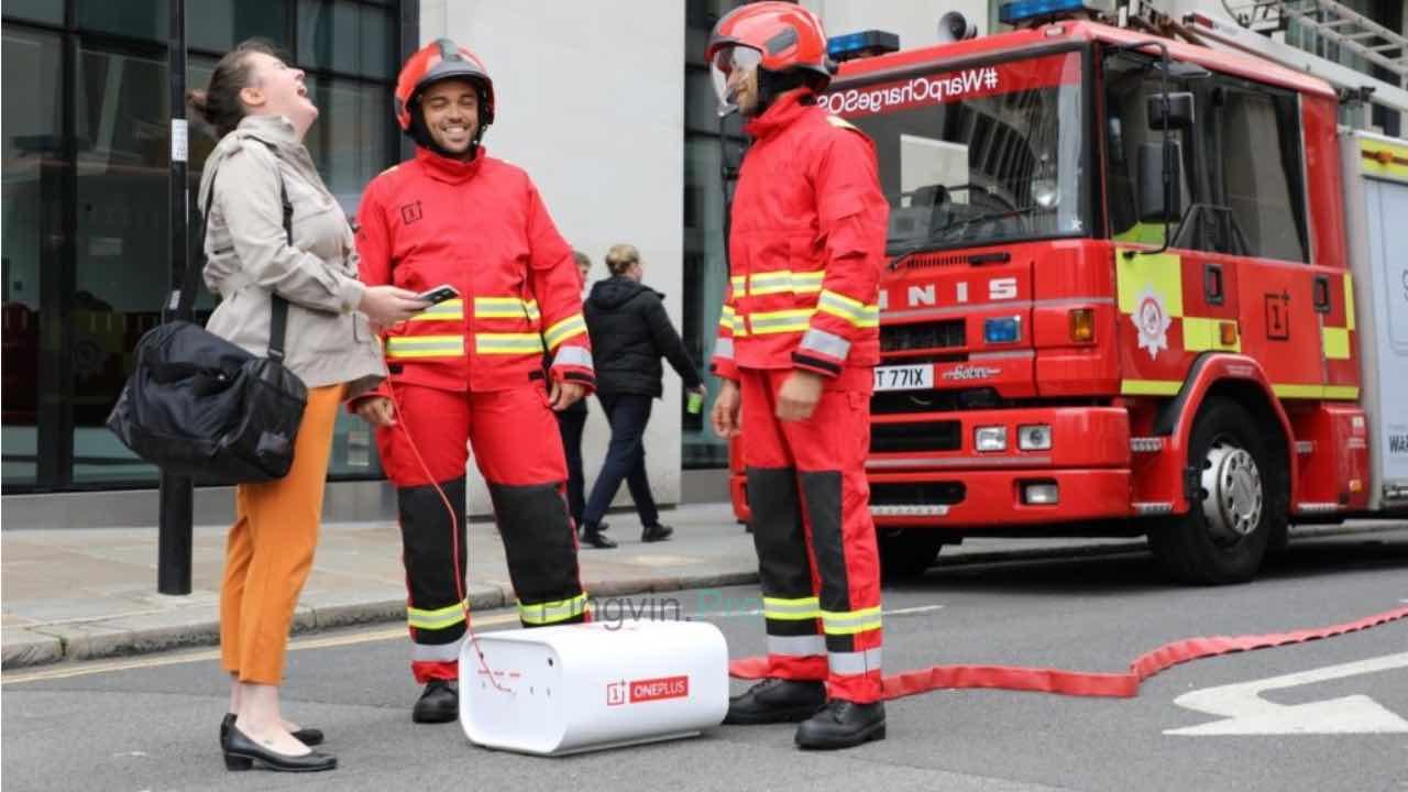 Пожежники OnePlus Warp Charge SOS