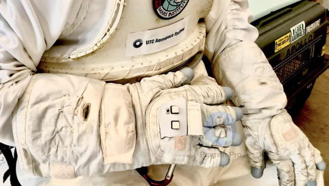 Розумна рукавичка допоможе керувати дронами у космосі